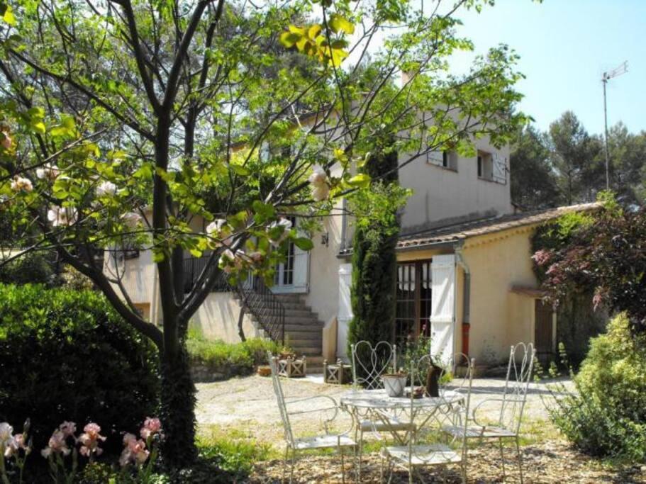 une partie de la maison vue du jardin