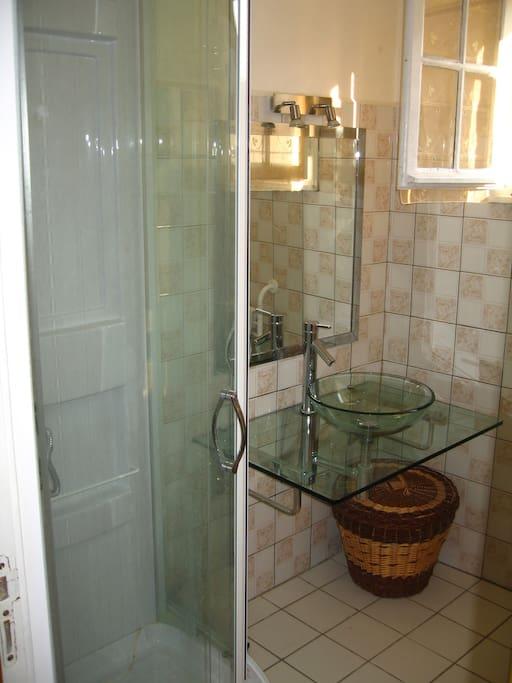 Salle d'eau du rez de chaussée pouvant accoeuillir des personnes qui ne peuvent pas gravir les escaliers.