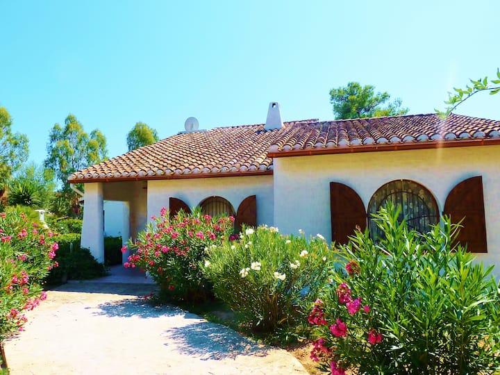 Ampia villa indipendente con giardino.Mare a100 mt