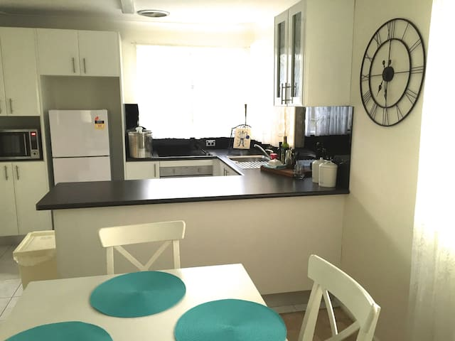 Comfortable home in quiet street - Oxley Park - บ้าน