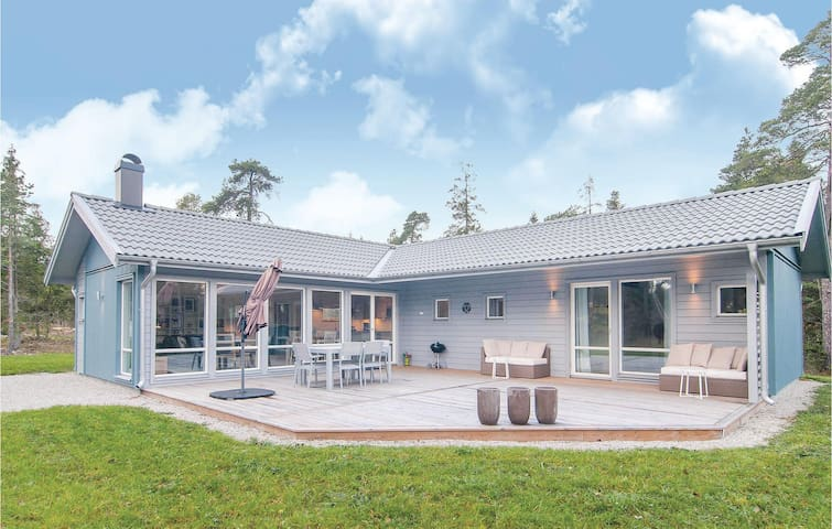 Holiday cottage with 3 bedrooms on 89 m² in Lärbro