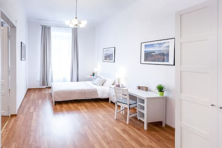 Walking Distance to Main Square, Free WIFI INTERNET and 24h checkin, 3 Separated Bedrooms