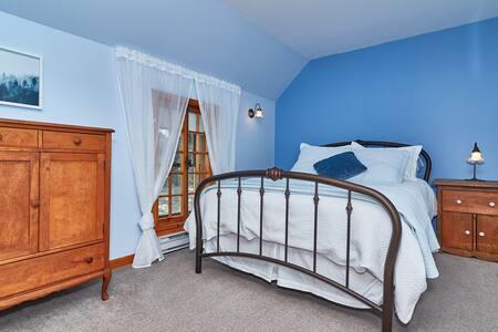 Tour 4 | Chambre spacieuse, lit Queen et sofa-lit avec salle de bain privée (douche)
