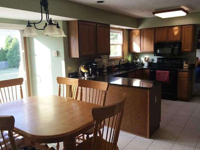 Spacious 4-bedroom house with large deck / yard - Twinsburg - Huis