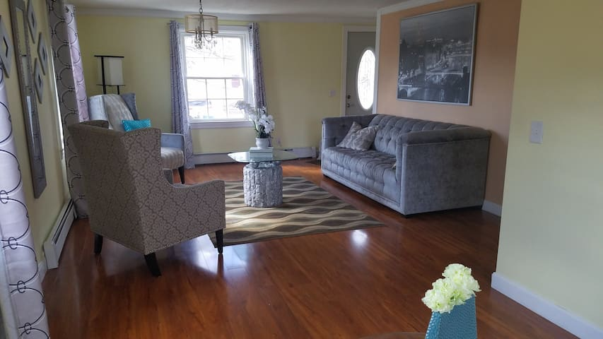 RI House W/2 Entertaining  Rooms , 2 Bath, 3 Beds