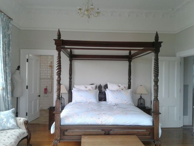 MOCKINGBIRDHILL BED  BREAKFAST FARM STAY KING ROOM
