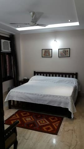 Erica's Place- Private room with attached bath - New Delhi - Daire