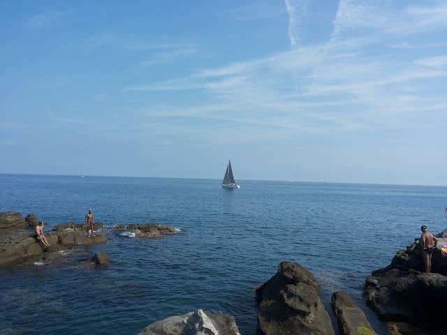 il mare a pochi passi da casa, the sea a few steps from home