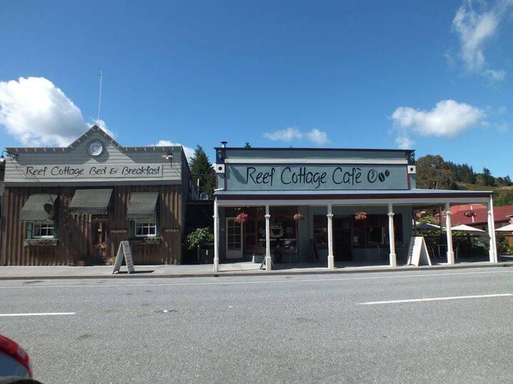 Reef Cottage Accommodation / Cafe - Vault Room