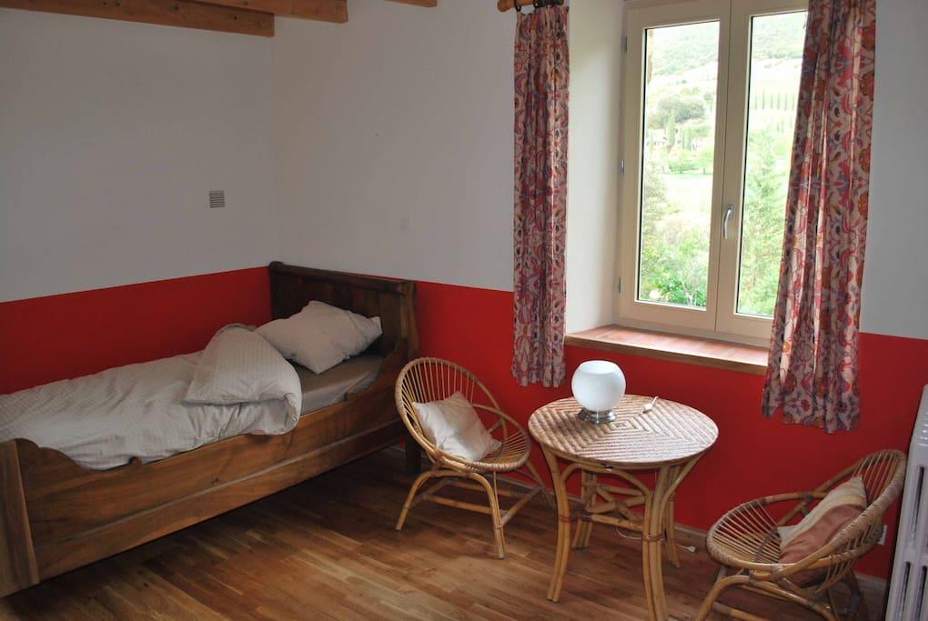 2éme chambre avec 2 lits simples en bois