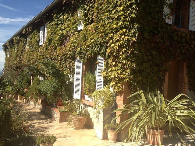 Belle vue sur Pyrénées et village - Carbonne - Huis