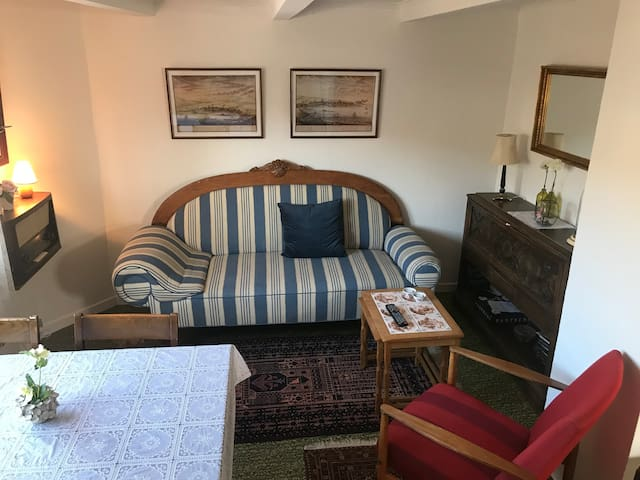 Cozy old house 15m walk from airport, free parking
