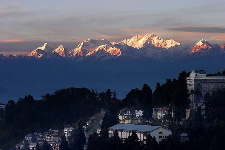 The English Cottage Attic (1 BR) snow view. - Darjeeling