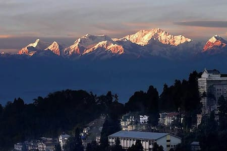 The Cottage Attic (1 BR) snow view. - Darjeeling