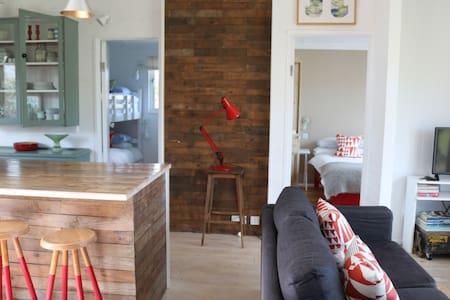 Light, spacious wooden chalet - Phillack - Cabaña