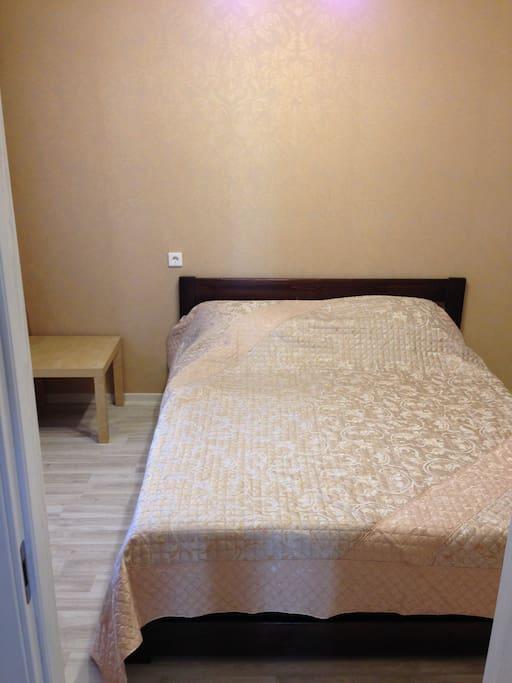 Спальня. Двуспальная кровать с комфортным матрасом. Все необходимые постельные принадлежности.