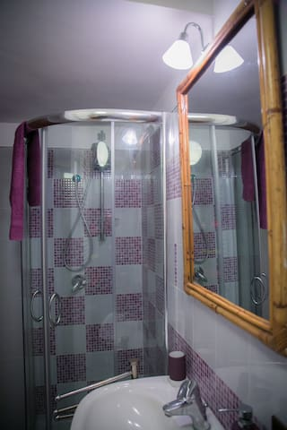 Bathroom: big and comfortable shower