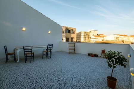 Behind the Cathedral of Palermo, in a side street of Via Vittorio Emanuele, Unesco heritage site, you will find peace and nice acceptance in a newly renovated apartment with all the comforts and with two large terraces available to guests.