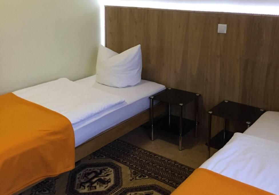 Уютная комната с двумя односпальными кроватями