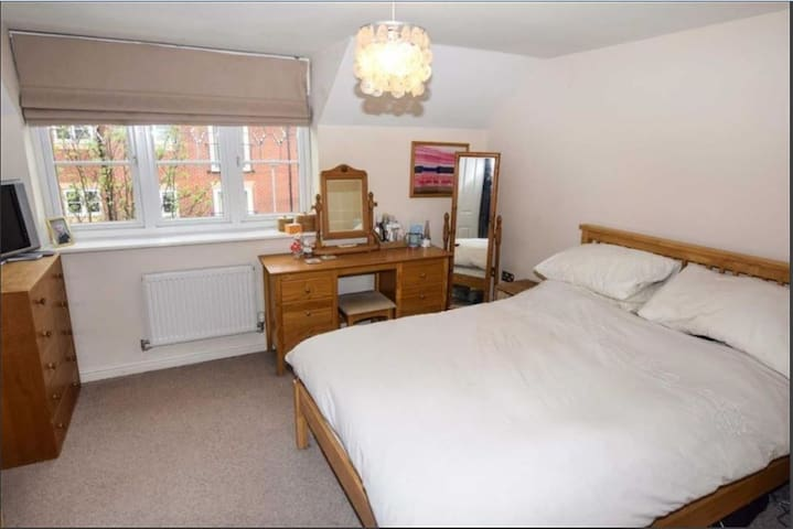 Townhouse close to Manchester Airport