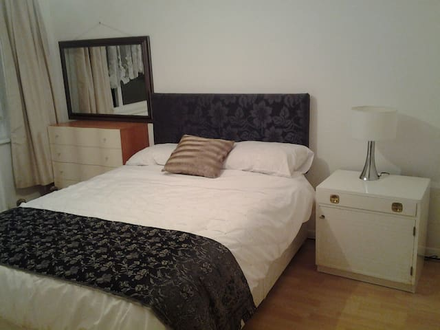 Cosy double room for 1 guest - Camberley - Rumah