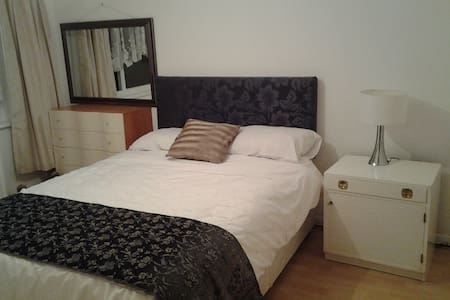 Cosy double room for 1 guest - Camberley - 独立屋