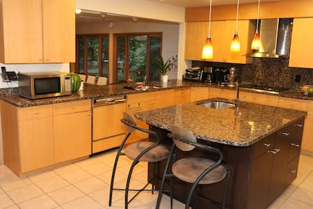 Perfect for the RNC Spacious 5 bdrm 5 1/2 bath - Beachwood - Hus