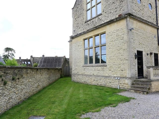 THE OLD SCHOOL HOUSE, pet friendly in Stow-On-The-Wold, Ref 988716
