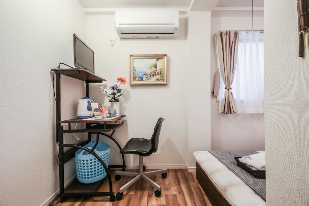 cozy room, single bed, just fine for one.單人床雅房,一個人剛剛好
