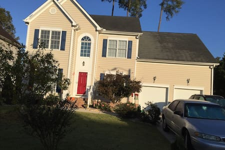Comfortable bedroom in the Raleigh area - Raleigh