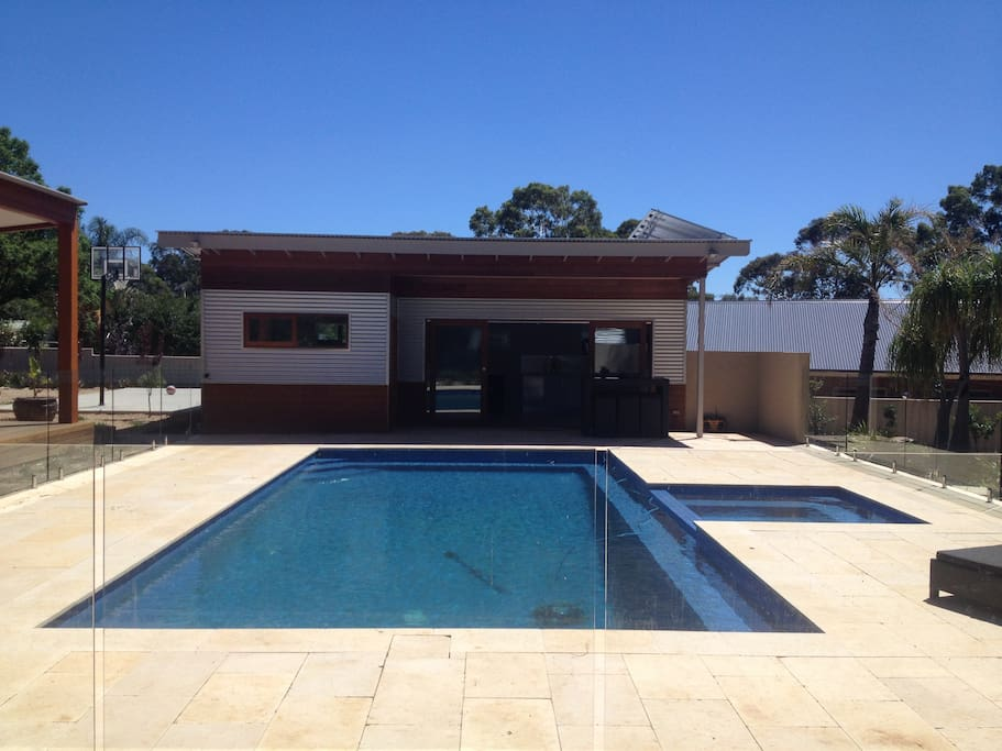 Adelaide foot hills pool house in banksia park south for Pool show adelaide