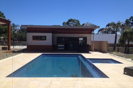 Adelaide Foot Hills Pool House - Annat