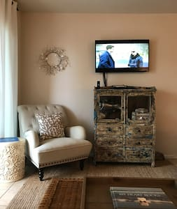 Cozy retreat, steps from the ocean. Pools, WiFi! - Galveston - Apartament