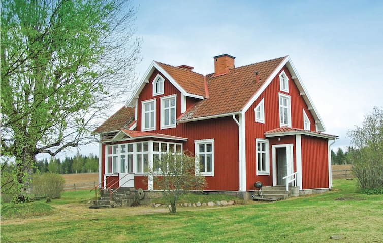 Former farm house with 4 bedrooms on 171m² in Mariannelund