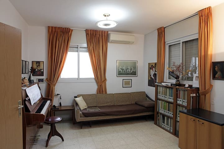 Room in North Tel Aviv (with piano)