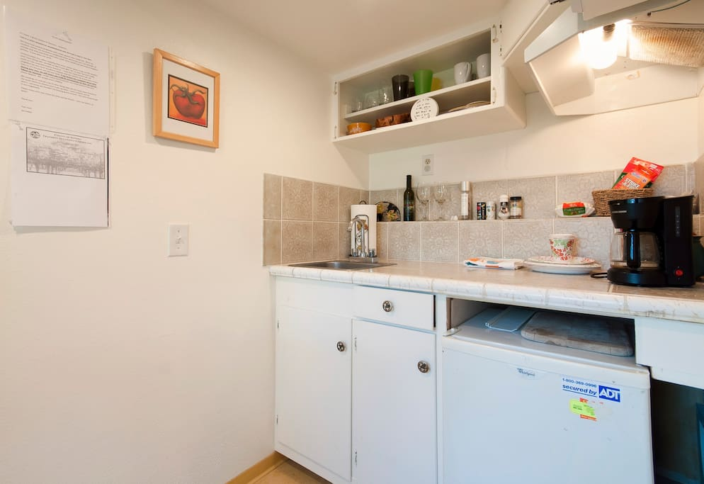 Nice little kitchenette with fridge and sink...
