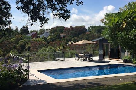 Private, sunny volcano views - Auckland