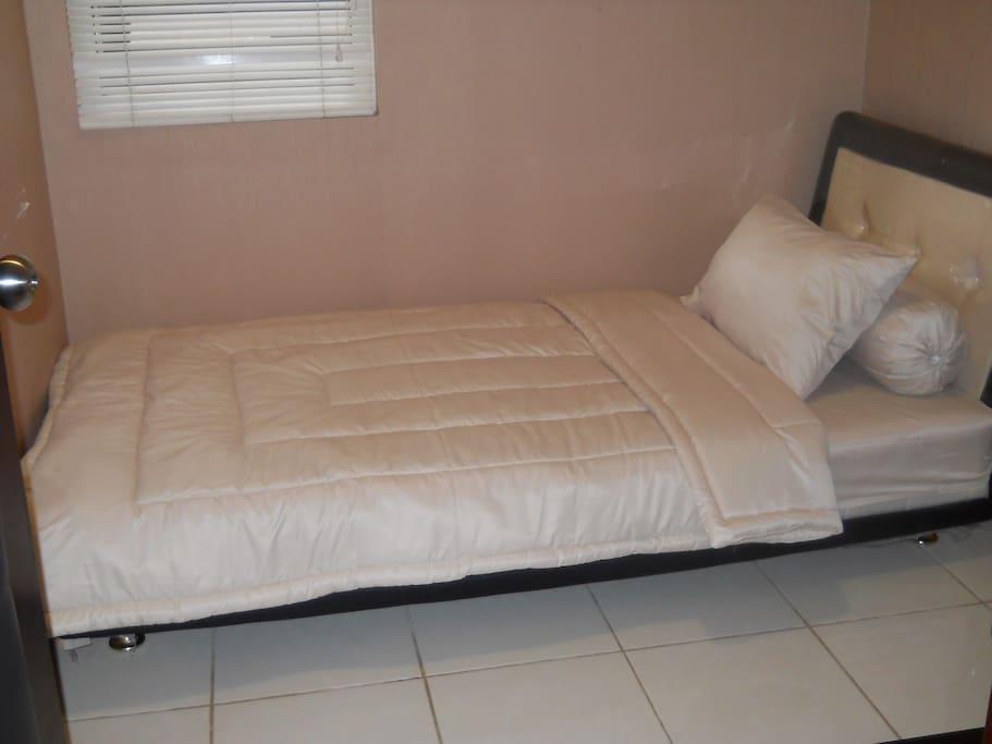 kamar tidur anak dengan single bed yang dilengkapi dengan ac