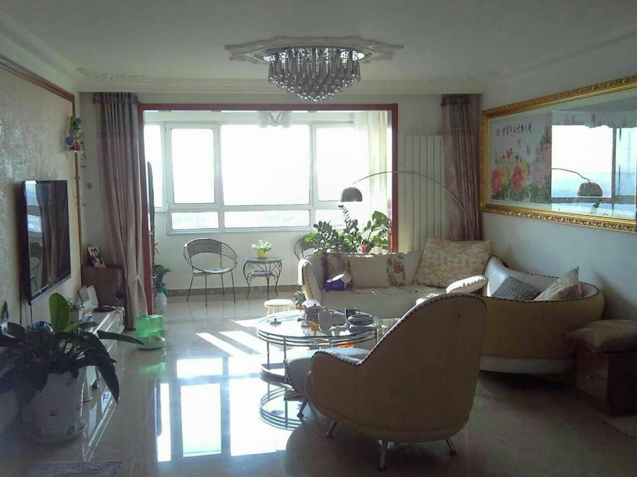 这是客厅有舒服的沙发和电视