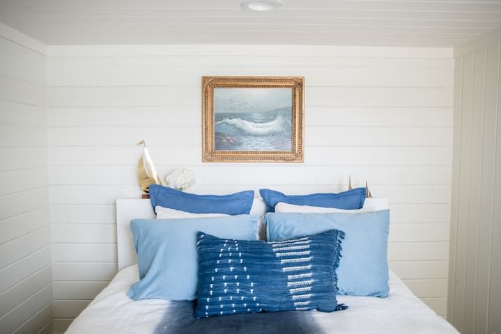 Guest Room Lakefront Home