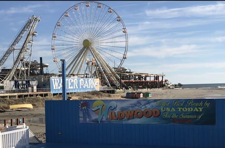 Boardwalk Dreams:Walk to the boardwalk and beach!