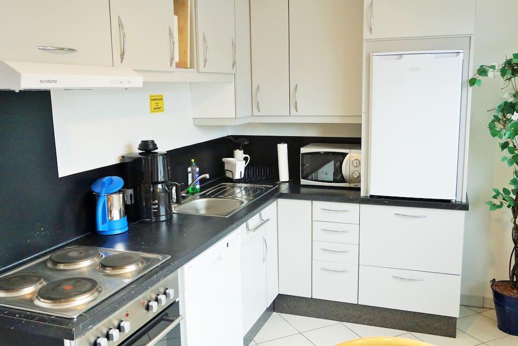 Die Küche ist mit Spülmaschine ausgestattet