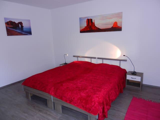 Schlafzimmer, die Betten können auch einzeln gestellt werden