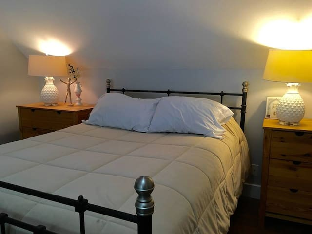 Spacious and Sunny Bedroom - Farmington - Casa