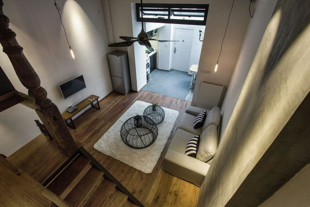 A rare 5-metre high ceiling gives the uniquely-designed loft a luxurious feel 高达5米的天花板,使得房间看起来非常宽阔