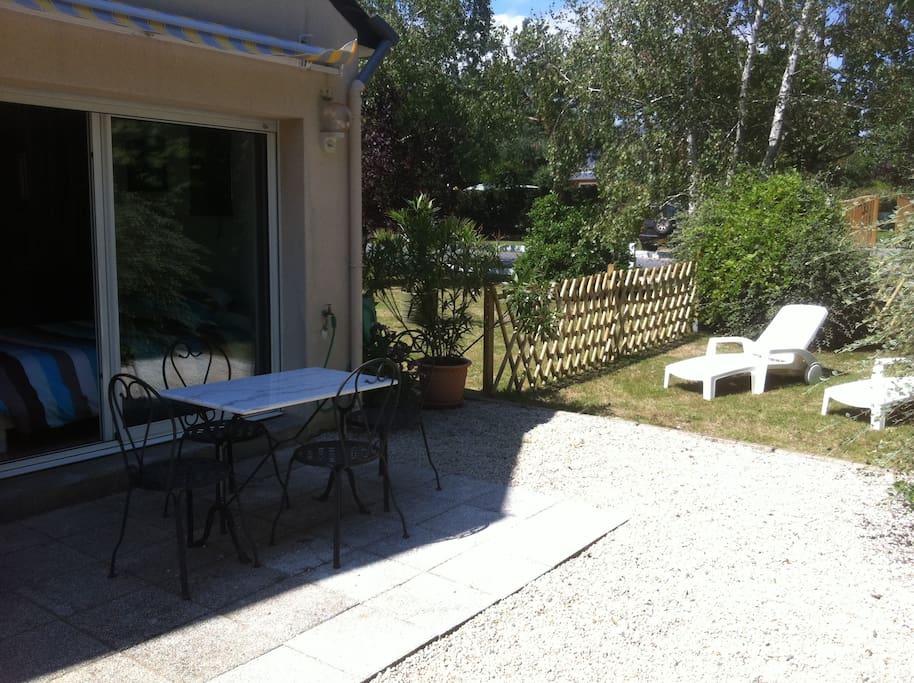 Studio au calme avec jardin apartments for rent in for Au jardin review