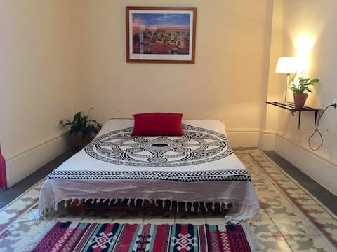 Habitacion con sala privada para huéspedes .