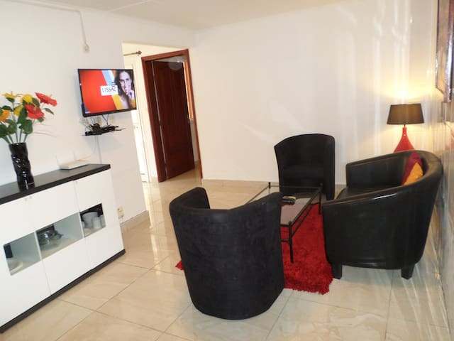 Modern & cosy 1 BR house near Airport, restaurants