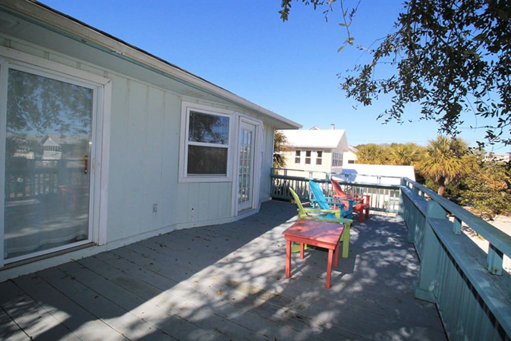Enjoy your Morining Coffee and Tybee`s Ocean Breezes from the Upstairs Balcony or Downstairs Screened Porch