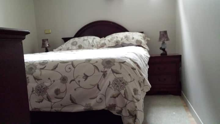 Queen bed with WIFI cable and private entrance